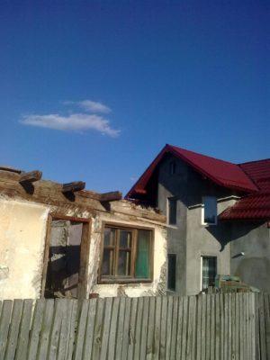 casa Blaga fără acoperiş alături de casa actualilor proprietari. foto. j. naidin 29. 07. 2017